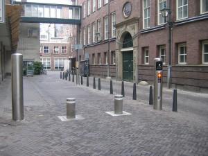 Bagijnestraat pollers 2 (ID 114859)